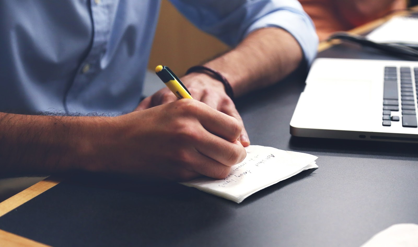 Persona escribiendo